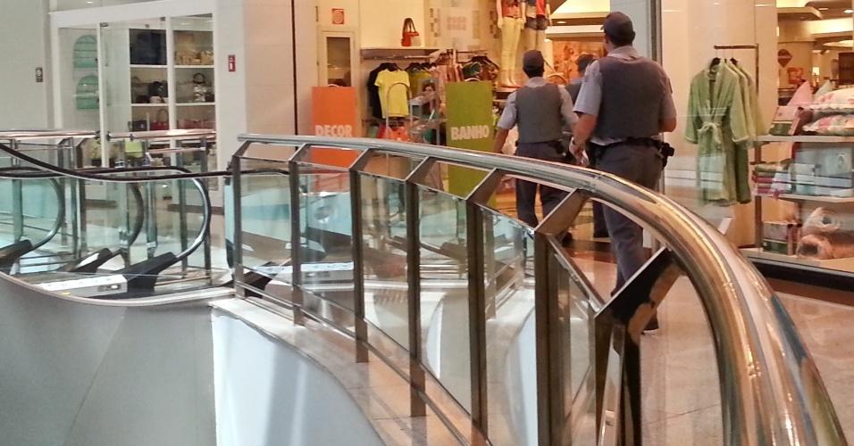 """18.jan.2014 - Policiais militares caminham dentro do shopping Santa Úrsula, em Ribeirão Preto, no interior de São Paulo, neste sábado (18). Empreendimento reforçou a segurança depois que jovens marcaram um """"rolezinho"""" no local pela internet. A PM afirmou se tratar de uma """"ronda preventiva"""""""