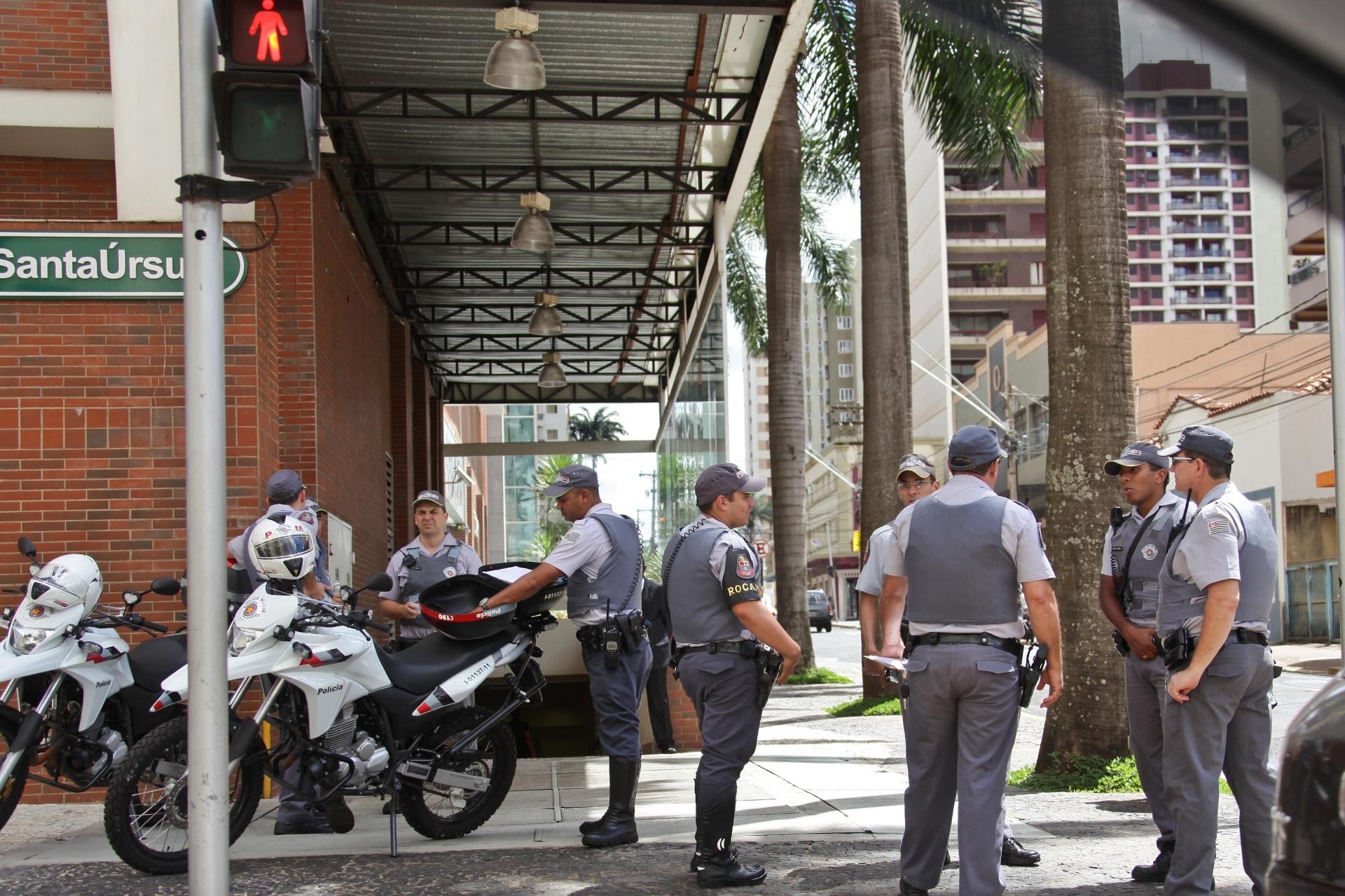 18.jan.2014 - Policiais militares se posicionam em frente ao shopping Santa Úrsula, em Ribeirão Preto, no interior de São Paulo, neste sábado (18). Empreendimento reforçou a segurança depois que jovens marcaram um