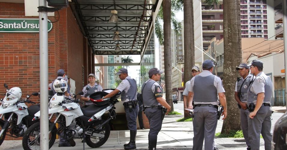 """18.jan.2014 - Policiais militares se posicionam em frente ao shopping Santa Úrsula, em Ribeirão Preto, no interior de São Paulo, neste sábado (18). Empreendimento reforçou a segurança depois que jovens marcaram um """"rolezinho"""" no local pela internet. A PM afirmou se tratar de uma """"ronda preventiva"""""""