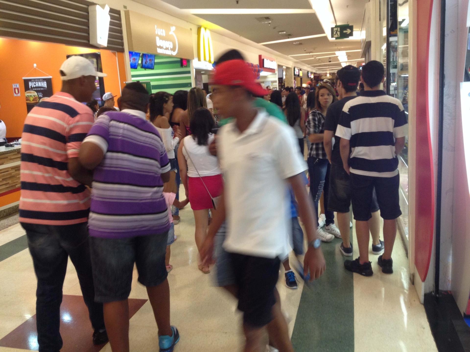 19.jan.2014 - Jovens circulam pelo Shopping Plaza Sul, em São Paulo, no bairro da Saúde, na zona sul da capital paulista, neste domingo (19). O