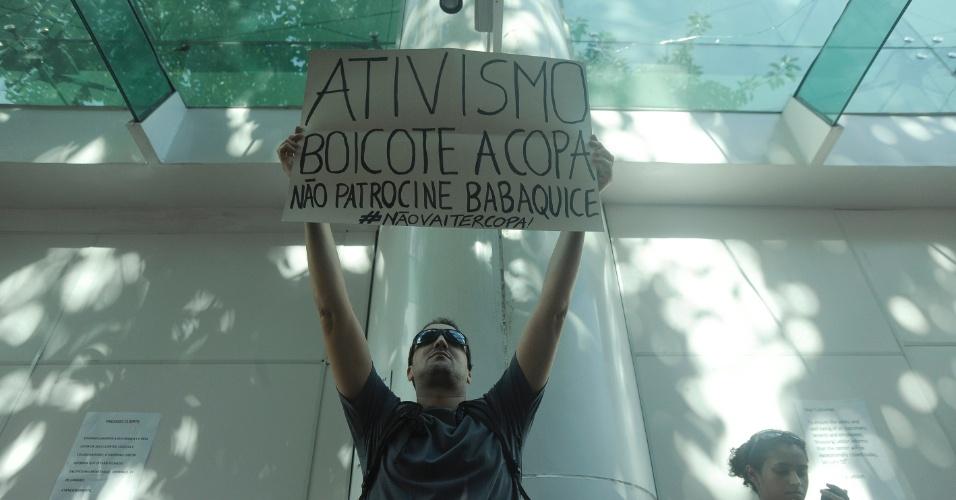 19.jan.2014 - Manifestante ergue cartaz em frente ao shopping Leblon, na zona sul do Rio de Janeiro, em protesto contra o impedimento da realização de rolezinhos dentro desse tipo estabelecimento comercial. O shopping foi fechado neste domingo (19), por causa do movimento
