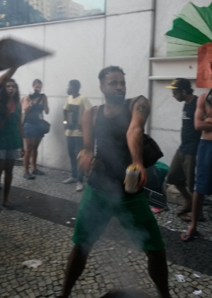 """19.jan.2014 - O """"rolezinho"""" marcado para este domingo (19) no shopping Leblon, no Rio, acabou virando """"baile funk"""" com direito a churrasquinho. O movimento foi organizado em protesto ao impedimento da realização de rolezinhos dentro desse tipo estabelecimento comercial. O shopping foi fechado neste domingo (19), por causa do movimento"""