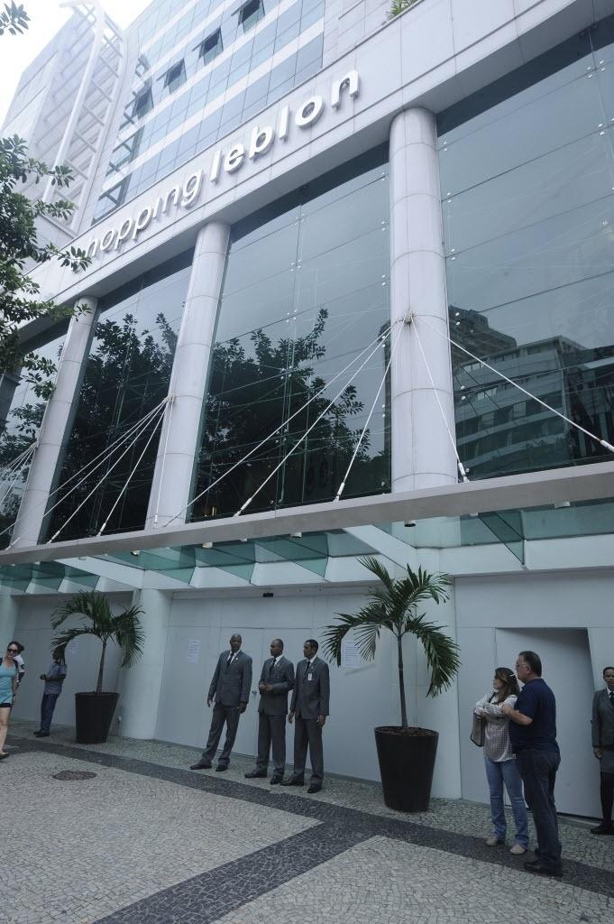 19.jan.2014- Shopping Leblon, no Rio de Janeiro (RJ), fecha por causa de