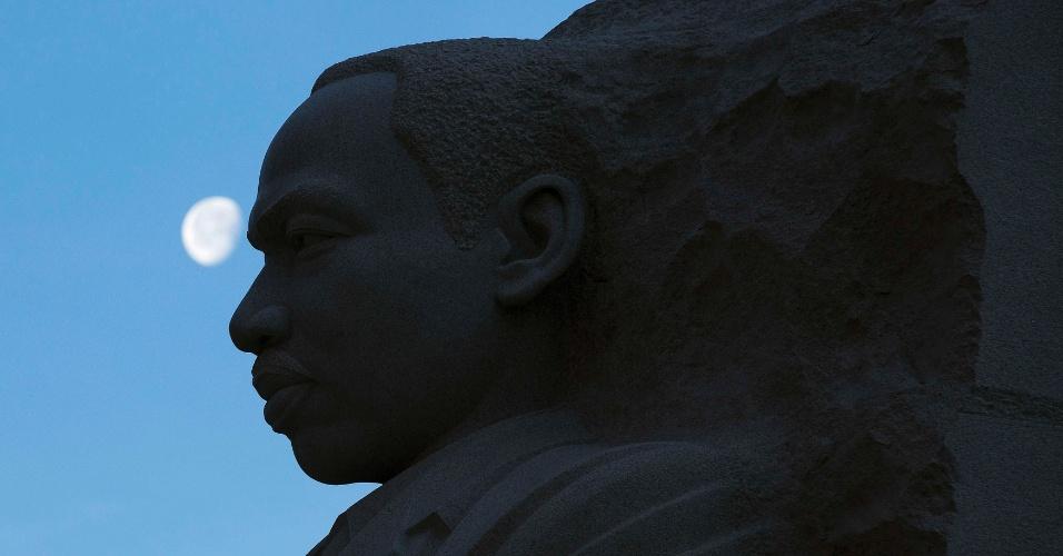 20.jan.2014 - A lua se coloca diante do busto do líder norte-americano pela luta a favor dos direitos civis Martin Luther King Jr, durante as celebrações do aniversário do ativista. Luther King foi morto a tiros no dia 4 de abril de 1968