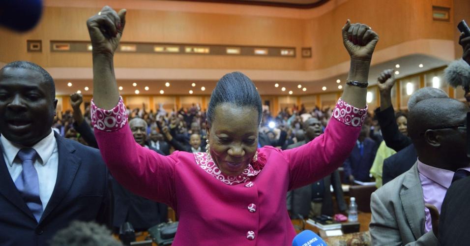 20.jan.2014 - A prefeita da cidade de Bangui, Catherine Samba-Panza, comemora sua eleição como presidente interina da República Centro-Africana nesta segunda-feira (20). Ela foi eleita no segundo turno pelo parlamento de transição com 75 votos contra 53 de Desire Kolingba, o filho do ex-presidente do país