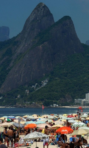 20.jan.2014 - Banhistas aproveitam o calor durante o feriado de São Sebastião, no Rio, e lotam a praia de Ipanema, na zona sul da cidade. Nem mesmo uma densa espuma branca que apareceu, nesta segunda-feira, na orla do Rio, foi suficiente para afastar os banhistas