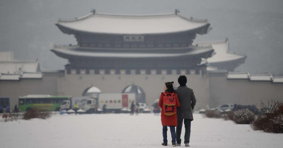20.jan.2014 - Casal caminha em direção ao palácio Gyeongbokgung, na manhã seguinte a uma forte nevasca, durante a madrugada, em Seul, nesta segunda-feira (20). Janeiro é o mês mais frio em Seul, com temperaturas médias cerca de quatro graus abaixo de zero