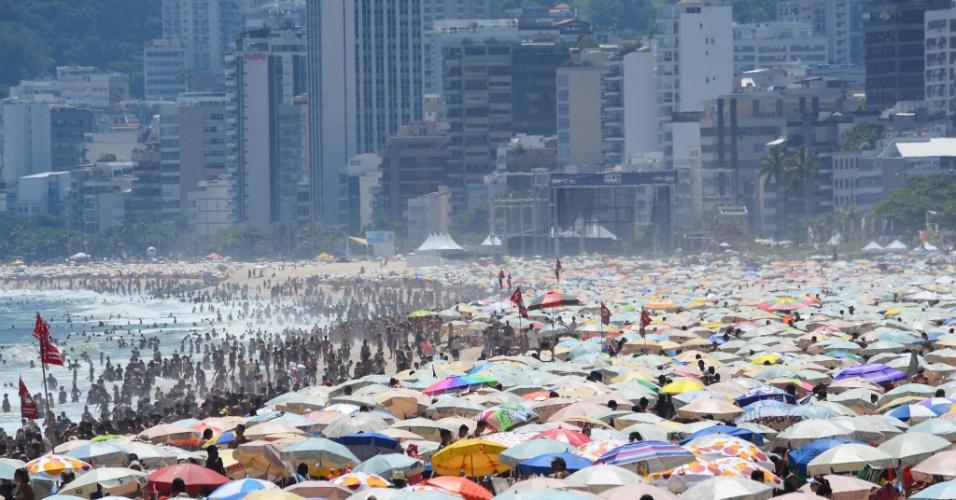 20.jan.2014 - Com o feriado de São Sebastião nesta segunda-feira (20), a praia de Ipanema ficou lotada desde o início do dia