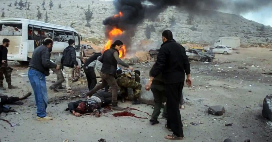20.jan.2014 - Dois carros-bomba atingiram um posto controlado pelas forças rebeldes no posto de Bab al-Hawa, na fronteira entre Síria e Turquia, nesta segunda-feira (20). Dezesseis pessoaram morreram e 20 ficaram feridas, segundo as autoridades. O posto era controlado por islamitas, que mantêm uma disputa acirrada com militantes jihadistas iraquianos