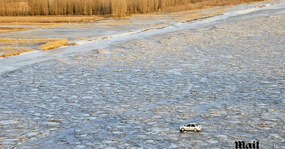 20.jan.2014 - Motorista chinês decide atravessar o rio Amarelo, na Mongolia, congelado devido às baixas temperaturas no país. Ele queria evitar o pagamento do pedágio. O motorista precisou de 10 minutos para cruzar o trecho que tem um quilômetro de largura