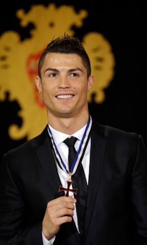 20.jan.2014 - O capitão da seleção portuguesa de futebol Cristiano Ronaldo mostra medalha da Ordem do Infante Dom Henrique, após cerimônia realizada nesta segunda-feira (20). Ele foi condecorado com a mais alta honraria do país pelo presidente Anibal Cavaco Silva em Lisboa