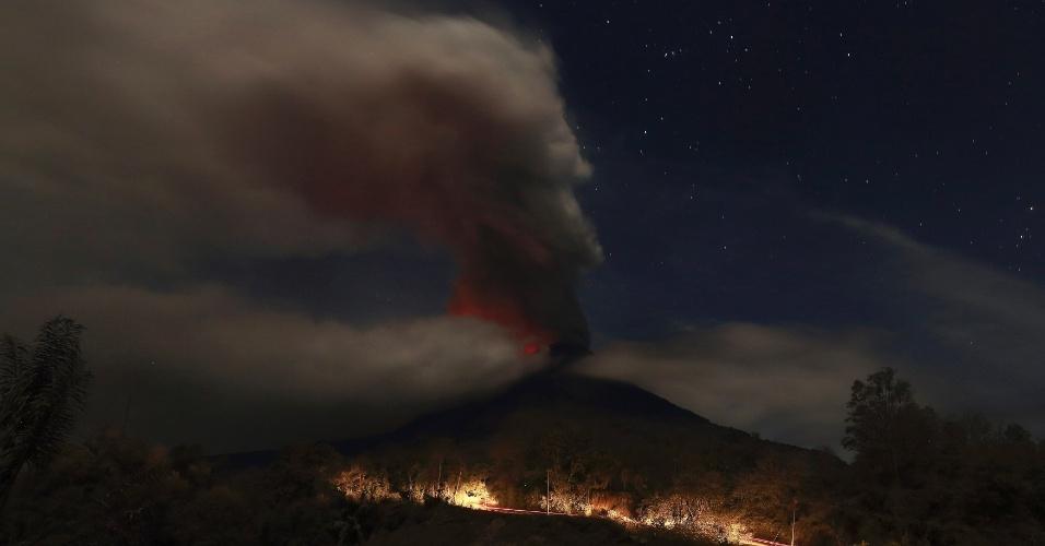 20.jan.2014 - O vulcão Sinabung expele lava e gases durante erupção no norte de Sumatra, na Indonésia, nesta segunda-feira (20). Ele está em erupção desde setembro de 2013 e já forçou o deslocamento de mais de 26 mil pessoas dos vilarejos próximos
