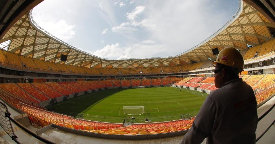 20.jan.2014 - Trabalhador observa a área interna do estádio Arena Amazonia, que sediará jogos da Copa de 2014 em Manaus. Segundo a construtora, o estádio já está 95% completo e será inaugurado em fevereiro. Uma comissão formada por integrantes da FIFA e do Comite Organizador da Copa de 2014 visitou nesta segunda-feira (20) o estádio Itaquerão, em São Paulo, e de Cuiabá. Nesta terça, o grupo visitará a Arena da Baixada, em Curitiba