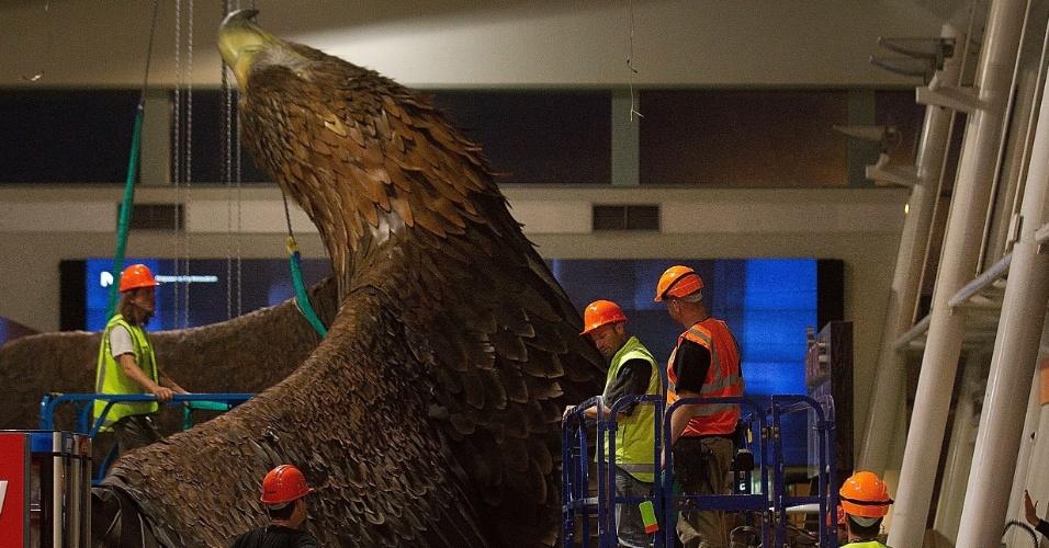 20.jan.2014 - Trabalhadores suspendem uma escultura gigante de uma águia que caiu do teto do aeroporto de Wellington, na Nova Zelândia, após um terremoto atingir o país nesta segunda-feira. O abalo sísmico chegou a 6,3 na escala Richter e afetou o serviço de trens do país, mas não há relatos sobre a existência de feridos
