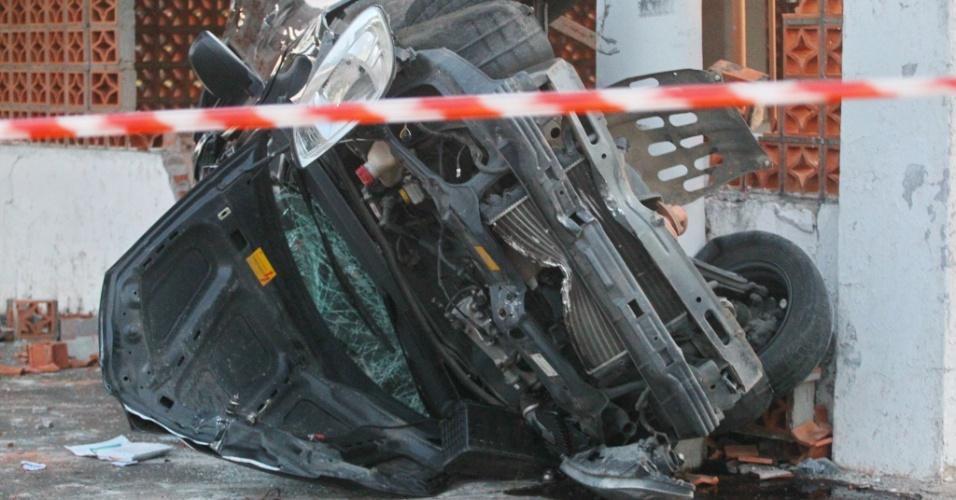 20.jan.2014 - Um homem morreu após o carro que ele dirigia capotar na Estrada da Ponta Grossa, na zona sul de Porto Alegre (RS). O acidente aconteceu na madrugada desta segunda-feira. De acordo com informações da Brigada Militar, o automóvel saiu da pista, derrubou uma placa e colidiu contra um muro. Ainda de acordo com a polícia gaúcha, o carro era roubado