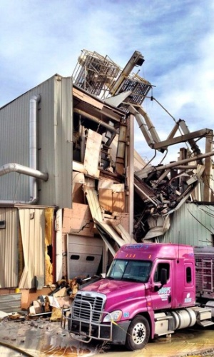 20.jan.2014 - Um incêndio seguido de explosão destruiu parte das instalações de uma fábrica de ração para animais em Omaha, no estado de Nebraska, nos Estados Unidos. Segundo informações da polícia, pelo menos duas pessoas morreram e 10 ficaram feridas nesta segunda-feira (20)