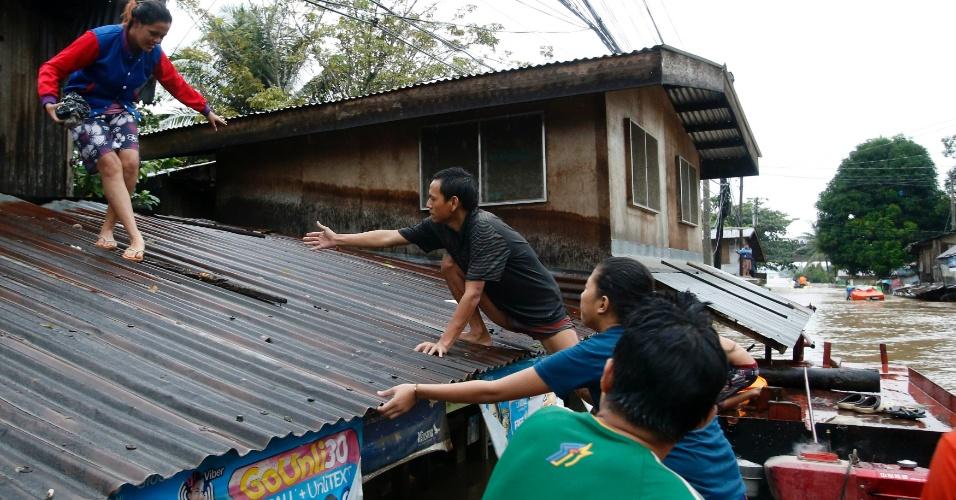 20.jan.2014 - Um morador é socorrido por grupos de resgate em bote de salvamento durante evacuação na região central da ilha de Mindanao, nas Filipinas, nesta segunda-feira (20). A tempestade tropical Agaton causou inúmeras inundações e deslizamentos de terra pelo país, provocando a morte de 40 pessoas e deixando mais de 500 mil desabrigadas, segundo as autoridades filipinas