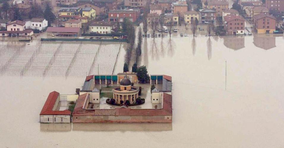 20.jan.2014 - Vista aérea da cidade italiana de Modena, que sofre com inundação causada pela cheia do rio Secchia. Segundo informações das autoridades italianas nesta segunda-feira (20), mais de 600 pessoas já foram evacuadas de suas casas