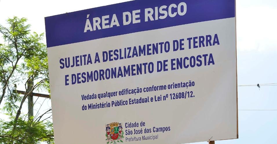 Placas indicando os locais com possibilidade de deslizamento por causa de enchentes foram colocados em diversos bairros da cidade de São José dos Campos (SP), nesta segunda-feira (20)
