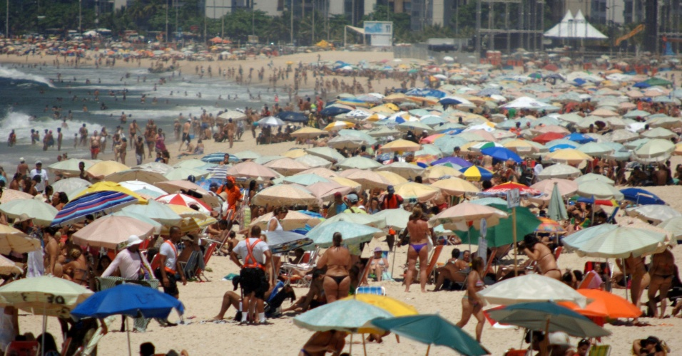 21.jan.2014 - Banhistas lotam a praia de Ipanema, na zona sul do Rio de Janeiro, nesta terça-feira (21) de sol e calor
