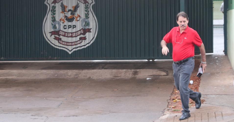 21.jan.2014 - Delúbio Soares, ex-tesoureiro do PT e um dos condenados por envolvimento no mensalão, deixa o CPP (Centro de Progresso de Pena), onde cumpre pena em regime semiaberto, para ir ao seu segundo dia de trabalho na CUT Nacional, em Brasília