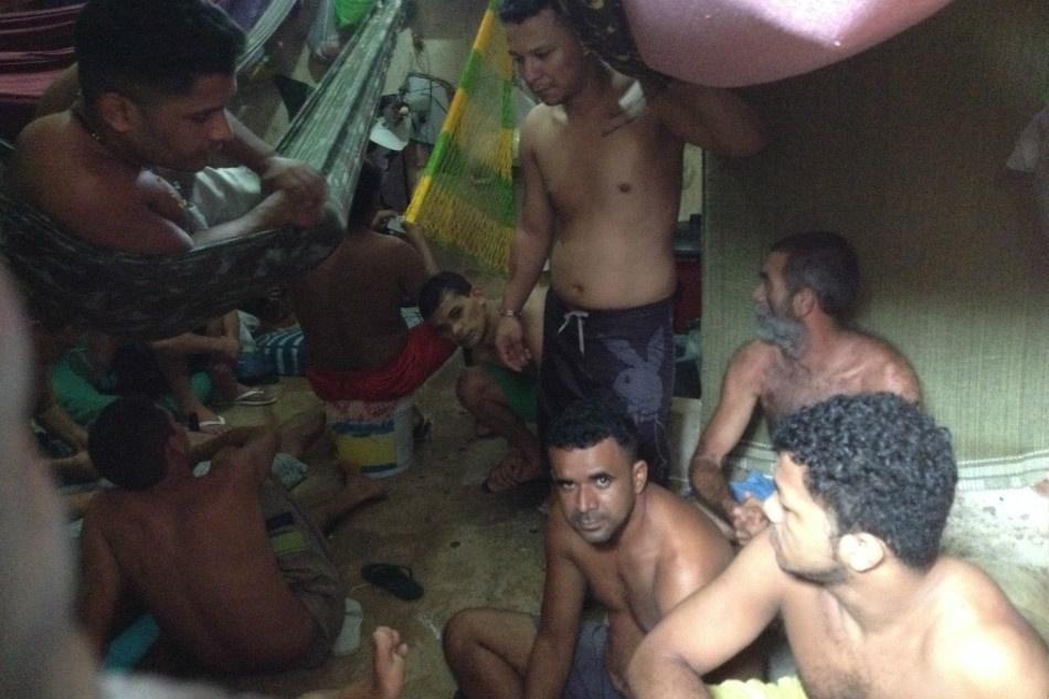 21.jan.2014 - Detentos em cela de prisão em Açailândia, no Maranhão