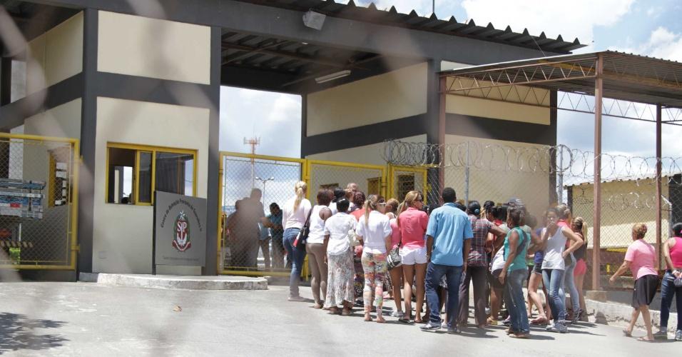 21.jan.2014 - Familiares de presos se agrupam diante do Centro de Detenção Provisória, em Guarulhos, onde houve uma tentativa de fuga nesta terça-feira (21). Segundo a Secretaria de Administração Penitenciária, o Grupo de Intervenção Rápida já está na unidade para tomar as providências. O 15º batalhão de Guarulhos e o Helicóptero Águia da Polícia Militar também foram acionados