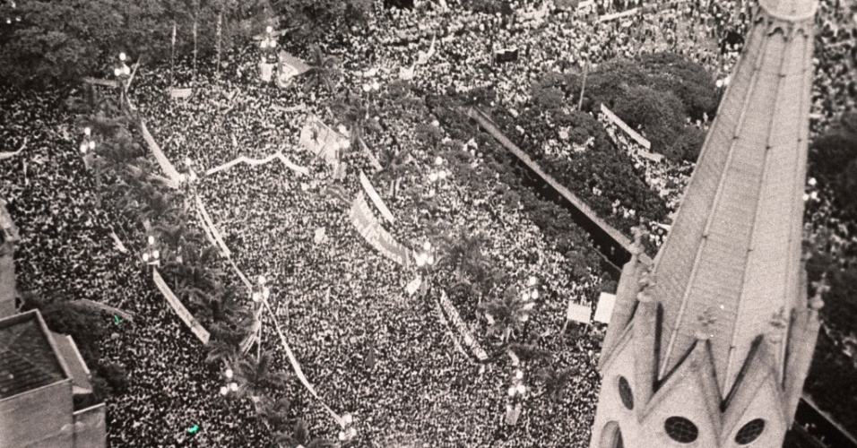 21.jan.2014 - O dia estava chuvoso na capital paulista naqueles 25 de janeiro de 1984. Mas, o fato não impediu que cerca de 300 mil pessoas, segundo as lideranças do movimento, comparecessem à praça da Sé, no centro de São Paulo, para manifestar o desejo de votar para presidente do Brasil nas eleições que se aproximavam