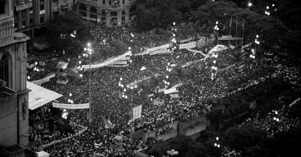 21.jan.2014 - O grande comício do dia 25 de janeiro de 1984 havia sido convocado pelo então governador de São Paulo, Franco Montoro, do recém-criado PMDB, marcado no dia do aniversário de São Paulo. Montoro fora eleito em 1982, nas primeiras eleições diretas para os governos estaduais, após aprovação, em 1980, de emenda constitucional reestabelecendo o pleito nos níveis estaduais. Antes desse primeiro grande comício, outro já havia sido realizado na cidade de São Paulo, em frente ao estádio Municipal Paulo Machado de Carvalho, mais conhecido como Pacaembu, na zona oeste da capital paulista, em 23 de novembro de 1983, reunindo na ocasião 15 mil pessoas