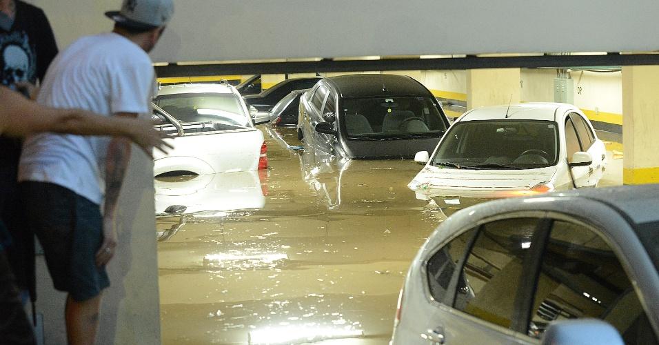 22.jan.2013 - Garagem de prédio no centro de Osasco (Grande São Paulo) fica inundada após o temporal que atingiu a cidade no final da tarde desta quarta-feira (22)