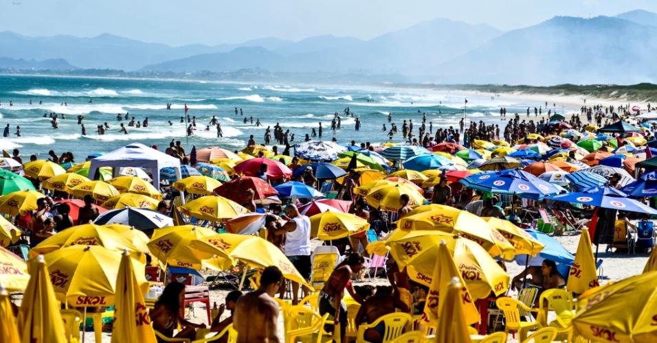 22.jan.2014 - Banhistas aproveitam o sol na praia da Joaquina, em Florianópolis, na manhã desta quarta-feira (22). A temperatura pode chegar aos 32ºC