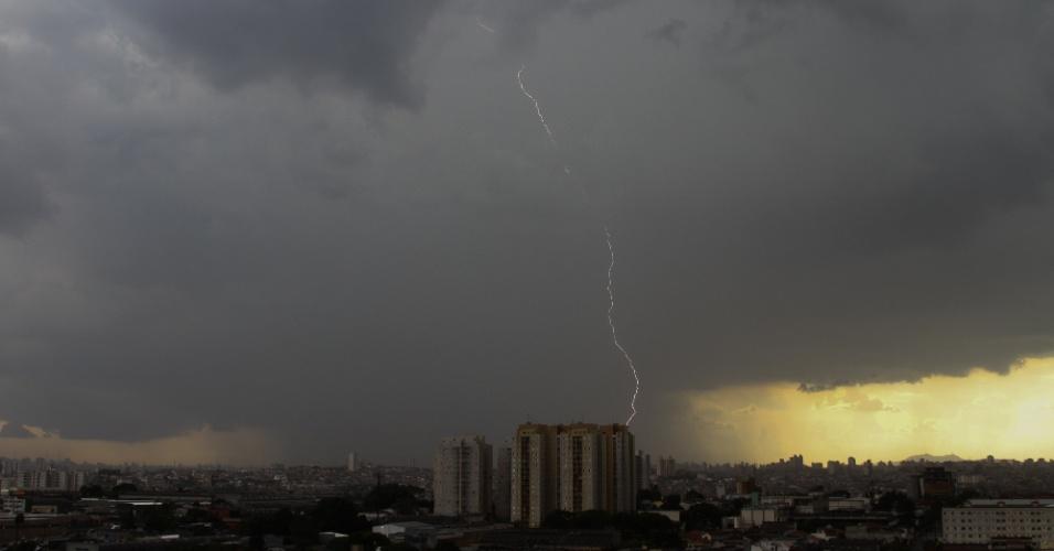 22.jan.2014 - Raio cai do céu da cidade de Guarulhos, na Grande São Paulo, no fim da tarde desta quarta-feira (22)