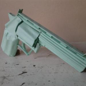 Arma falsa feita com cartolina e cola por detentos do presídio de Quixeramobim (a 232 km de Fortaleza) impressionou agentes de segurança e policiais militares que fizeram a apreensão do objeto, muito semelhante a uma arma real