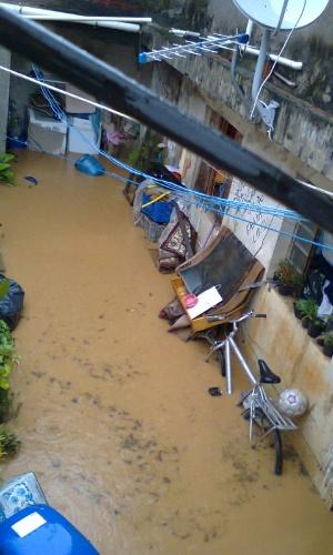 23.jan.2013 - A casa da diarista Valdemir Pereira, em Itapecerica da Serra (SP) ficou inundada após fortes chuvas na região. A água chegou a atingir um metro de altura e danificou móveis, eletrodomésticos