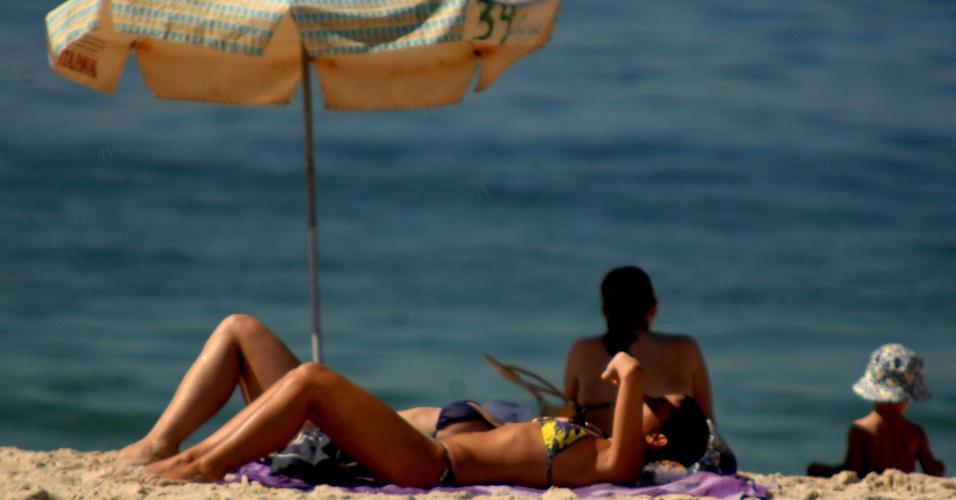 23.jan.2014 - Banhista aproveita o forte calor na praia de Ipanema, na zona sul do Rio, nesta quinta-feira (23)