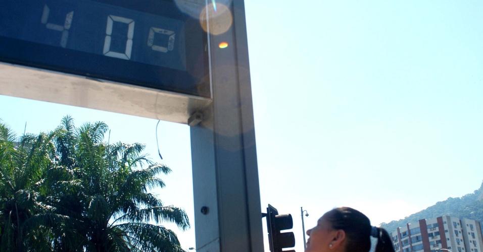 23.jan.2014 - Termômetro marca 40°C, no bairro Humaitá, próximo ao túnel Rebouças, na zona sul do Rio de Janeiro, nesta quinta-feira (23)