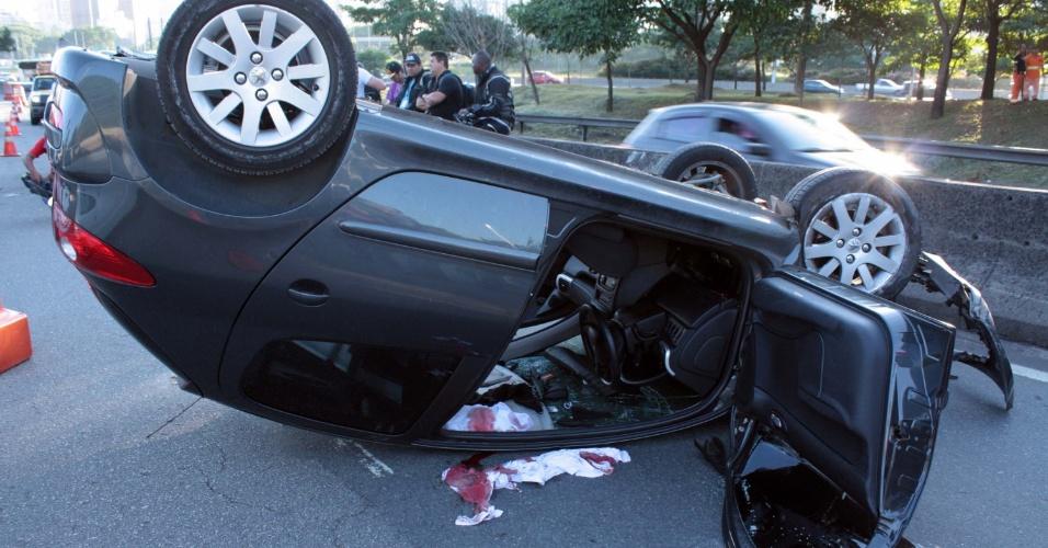 23.jan.2014 - Um homem foi baleado na cabeça e capotou o carro na região do Itaim Bibi, na zona oeste de São Paulo. Ele sofreu uma tentativa de assalto por volta das 5h40 desta quinta-feira (23), na Avenida das Nações Unidas.