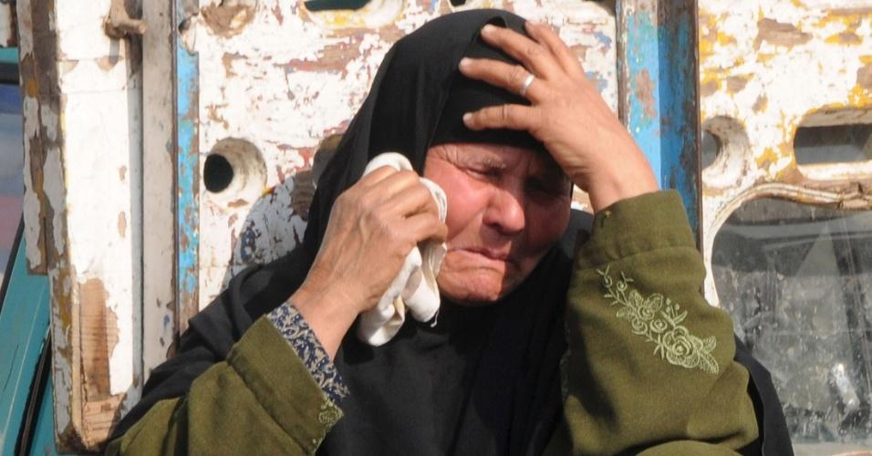 23.jan.2014 - Uma mulher chora durante o funeral de cinco policiais mortos quando homens mascarados motorizados abriram fogo em um ponto de inspeção na província de Beni Suef, a 100 km ao sul do Cairo, no Egito, nesta quinta-feira (23)