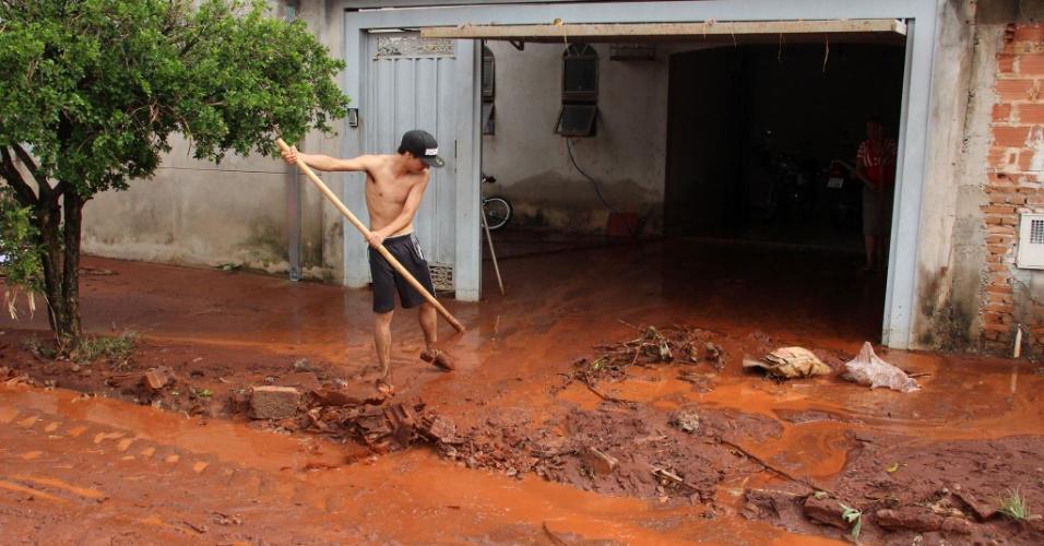 23.jan.2014 - Após chuva, ruas do bairro Jardim Cruzeiro do Sul, em Araraquara, ficaram cobertas de barro. Segundo o coordenador da Defesa Civil, o problema foi provocado pela queda de um muro de um hospital psiquiátrico situado na região