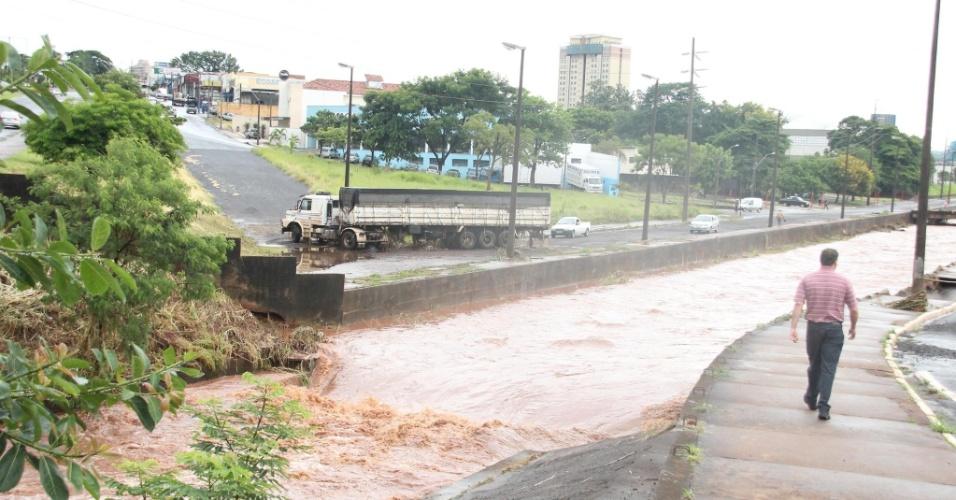 23.jan.2014 - Carreta foi arrastada por 20 metros na marginal do córrego do Ouro, perto da rodoviária da cidade. O motorista estava dormindo na cabine e não se feriu