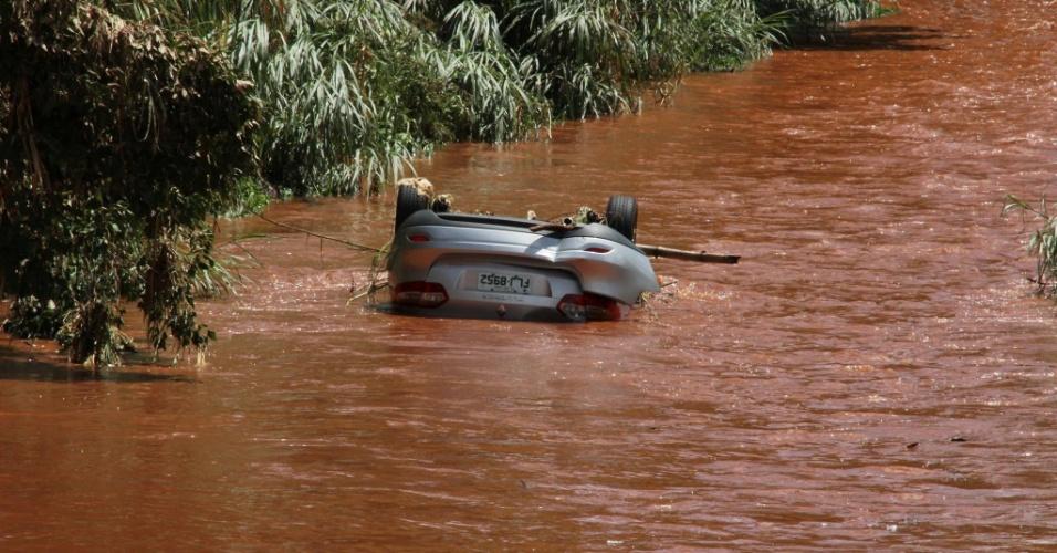 23.jan.2014 - Um carro foi arrastado durante a chuva da manhã desta quinta-feira (23 ) e caiu no córrego do Ouro, perto da rodoviária da cidade. O motorista conseguiu escapar antes da queda do veículo