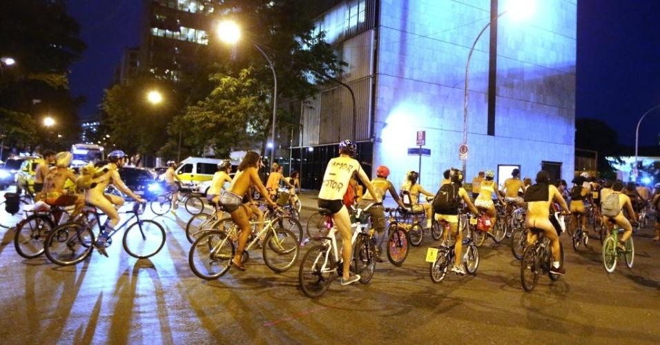 24.jan.2014 - Ciclistas nus ou seminus participam da