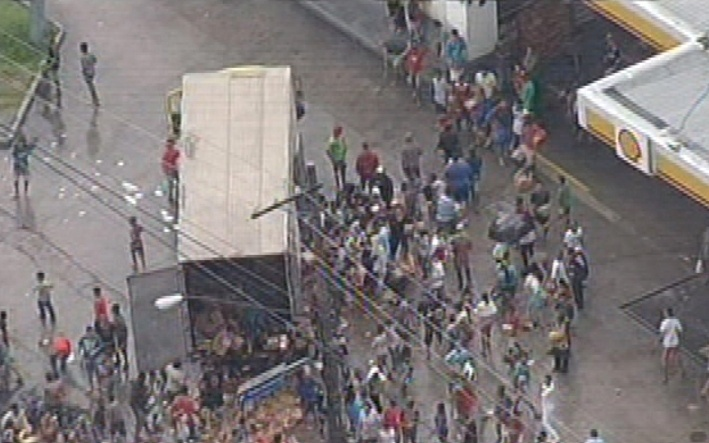 24.jan.2014 - Pessoas saqueiam caminhão durante protesto contra alagamentos na zona leste da capital paulista. O grupo também incendiou um caminhão. Segundo a Polícia Militar, o ato começou por volta 17h na avenida Marechal Tito, na região do Itaim Paulista, na zona leste de São Paulo