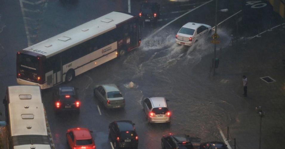 24.jan.2014 - Ponto de alagamento na avenida Nove de Julho, próximo à praça da Bandeira, durante a forte chuva que atinge a cidade de São Paulo na tarde desta sexta-feira (24)