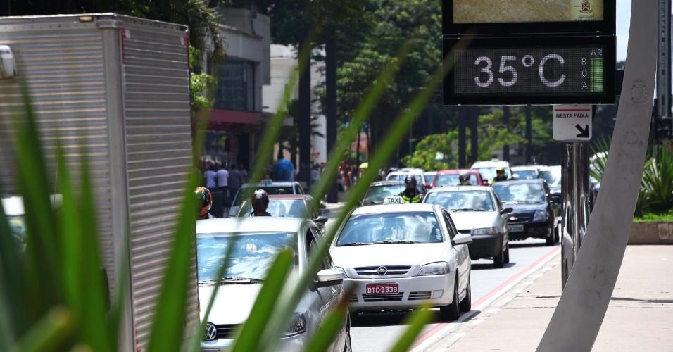 24.jan.2014 - Termômetro marca 35°C na região da avenida Paulista, região central da capital paulista, nesta sexta-feira (24)
