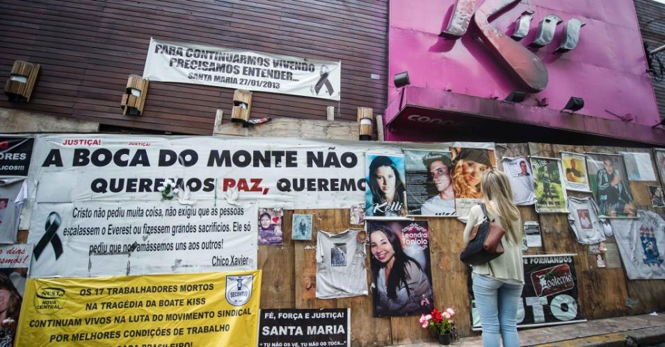 Fachada do prédio onde funcionava a Boate Kiss, em Santa Maria (RS), é vista neste sábado (25) com mensagens em homenagem às vítimas do incêndio ocorrido em 2013 no local. A tragédia, que matou 242 pessoas, completa um ano na próxima segunda-feira (27)