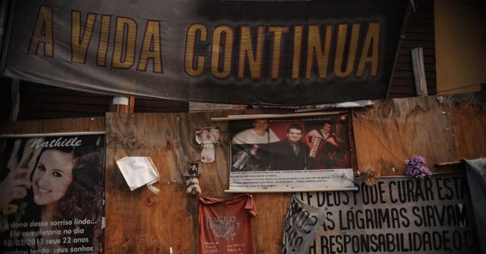 26.jan.2014 - Fachada da Boate Kiss, de Santa Maria (RS), repleta de cartazes e fotos das vítimas. Um ano após a tragédia, ninguém foi preso e nenhuma família foi indenizada