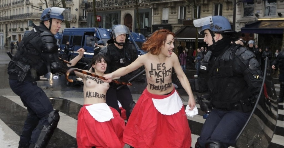 26.jan.2014 - Integrantes do Femen são detidas por policiais franceses durante manifestação contra o presidente François Hollande, em Paris, neste domingo (26)