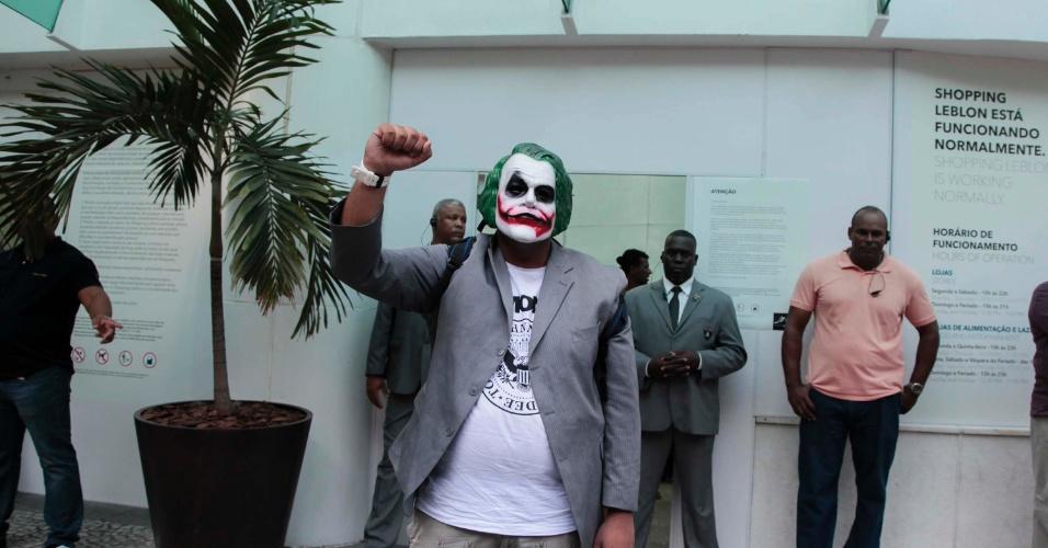 """26.jan.2014 - Manifestante com uma máscara do personagem Coringa-- muito conhecido nas histórias do Batman--, foi impedido por seguranças de entrar no shopping Leblon, no Rio de Janeiro, durante """"rolezinho"""" de protesto"""