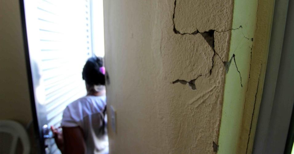 http://imguol.com/c/noticias/2014/01/27/27jan2014---as-rachaduras-sao-o-problema-mais-frequente-nos-imoveis-do-condominio-campo-verde-em-vitoria-da-conquista-no-interior-da-bahia-entregues-em-outubro-pelo-programa-minha-casa-minha-vida-1390848468861_956x500.jpg